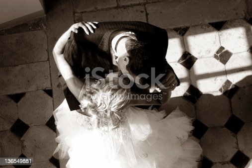 Slow dancing (The kiss)...Photo d'un couple de mariés...valsant et s'embrassant