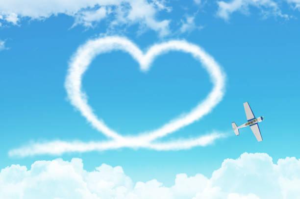 liebe figurative herz aus einem weißen rauchfahne licht-motor flugzeug in den wolken. - schrift am himmel stock-fotos und bilder