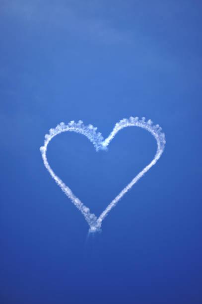 liebe herz am himmel (xl - schrift am himmel stock-fotos und bilder