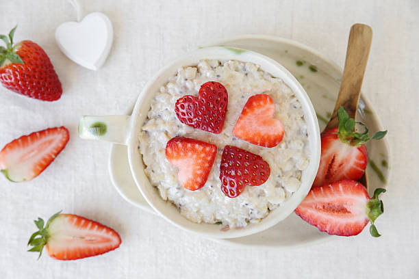 love heart porridge oatmeal breakfast, fun valentines breakfast - porridge foto e immagini stock