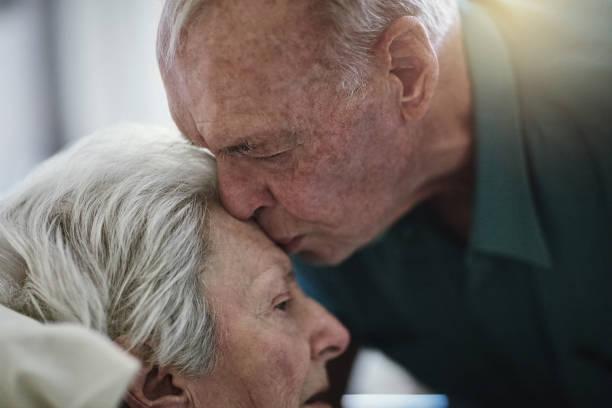 amor es la eterna - geriatría fotografías e imágenes de stock
