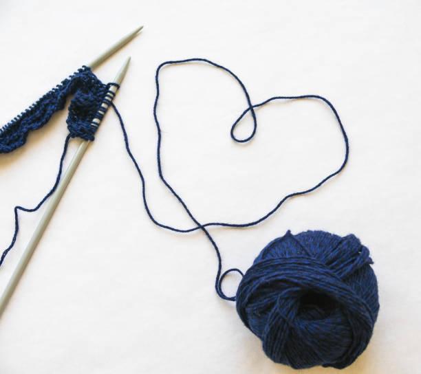 liebe ist für einen lieben menschen stricken. - strickmantel stock-fotos und bilder