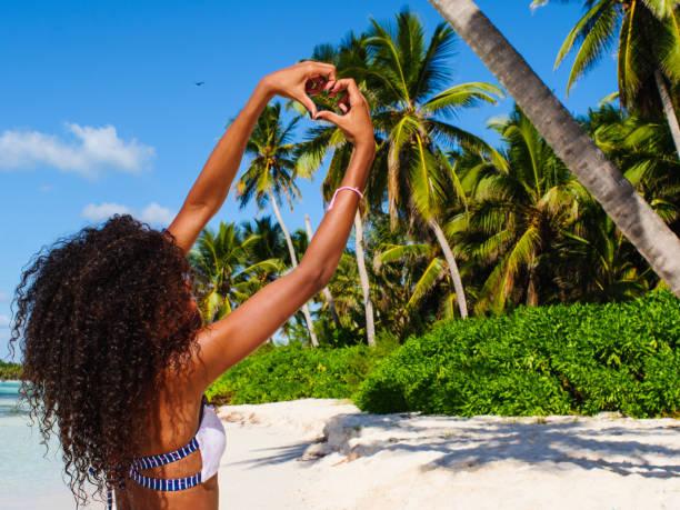 ¡me encanta isla saona! - mujeres dominicanas fotografías e imágenes de stock