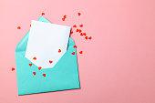 愛の手紙。愛の告白のメッセージです。心とピンクの背景の空白文字で緑の封筒。モックアップ。