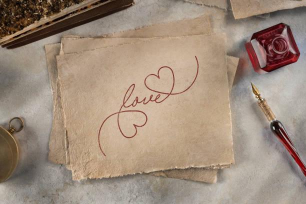 liebe-schriftzug mit herzen - herz zitate stock-fotos und bilder