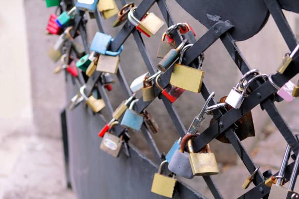Os fechamentos do amor penduram da ponte em Praga que representa a amizade e o romance seguros. Cadeado dos amantes na ponte como o símbolo da conexão, da parceria, da lealdade e do amor. Fundo do dia dos Valentim de Saint. - foto de acervo