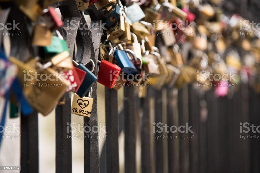 Amour de verrous sur les clôtures près du pont Charles à Prague, tchèque photo libre de droits