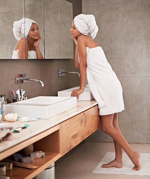 ich liebe meine weiche haut - feminine badezimmer stock-fotos und bilder
