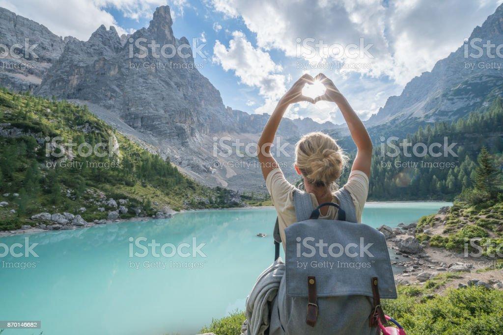 Liebe Natur Berg Herz Form Konzept, Frauen lieben Dolomiten – Foto