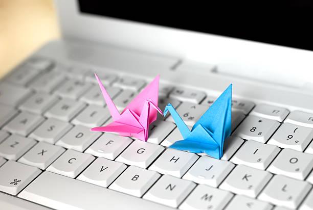 liebe im internet - origami mobil stock-fotos und bilder