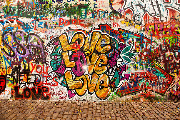 love on the lennon wall - mauerwerk stock-fotos und bilder