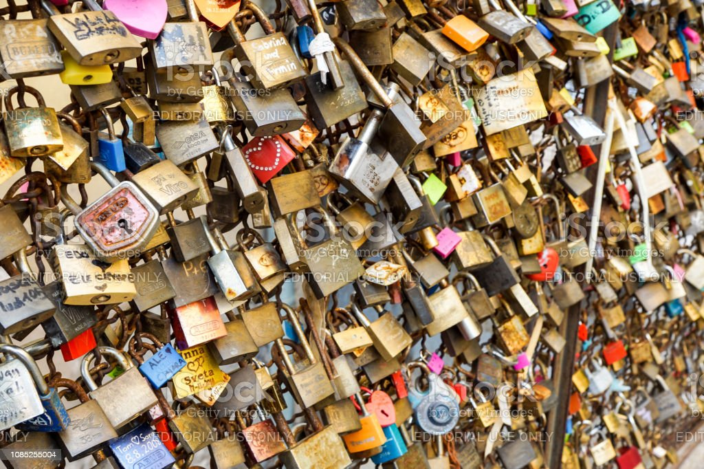love padlock keys on the bridge padlock of love onto the railing and to dream that their love will last forever,also a symbol and landmark - foto stock