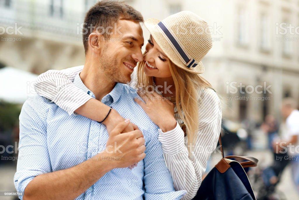 Amor. Pareja romántica juntos en la calle - Foto de stock de Abrazar libre de derechos