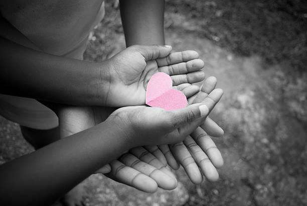 love compartir - ayuda humanitaria fotografías e imágenes de stock