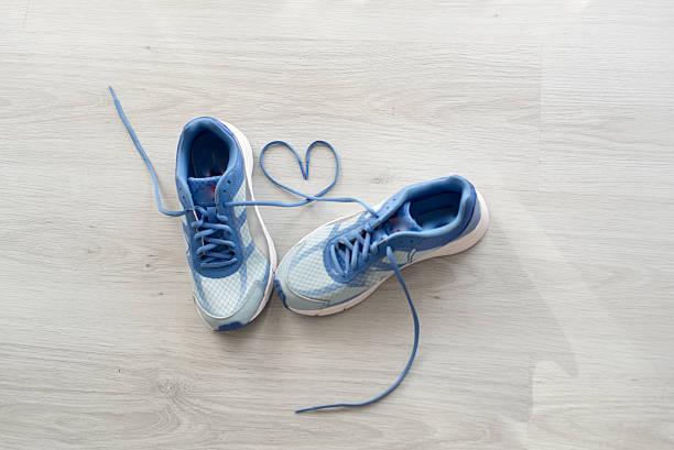 liebe zeichen, geringe tiefenschärfe nahaufnahme blau sport schuh - schnürsenkel stock-fotos und bilder