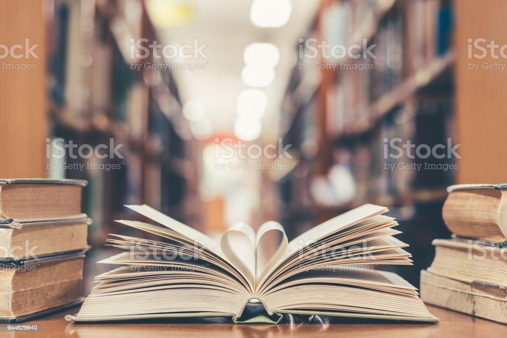 Livre dhistoire de lamour avec ouvrir la page de la littérature en