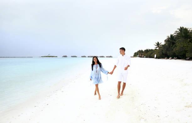 liebe geschichte foto schönes paar entspannung in malediven insel - modedetails stock-fotos und bilder