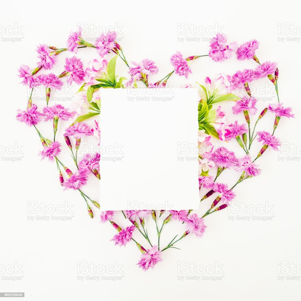 Love symbol made of pink flowers and card on white background. Flat lay, top view. Heart with paper card zbiór zdjęć royalty-free