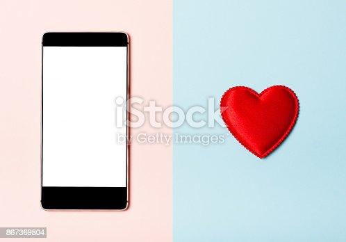 istock Love the phone 867369804