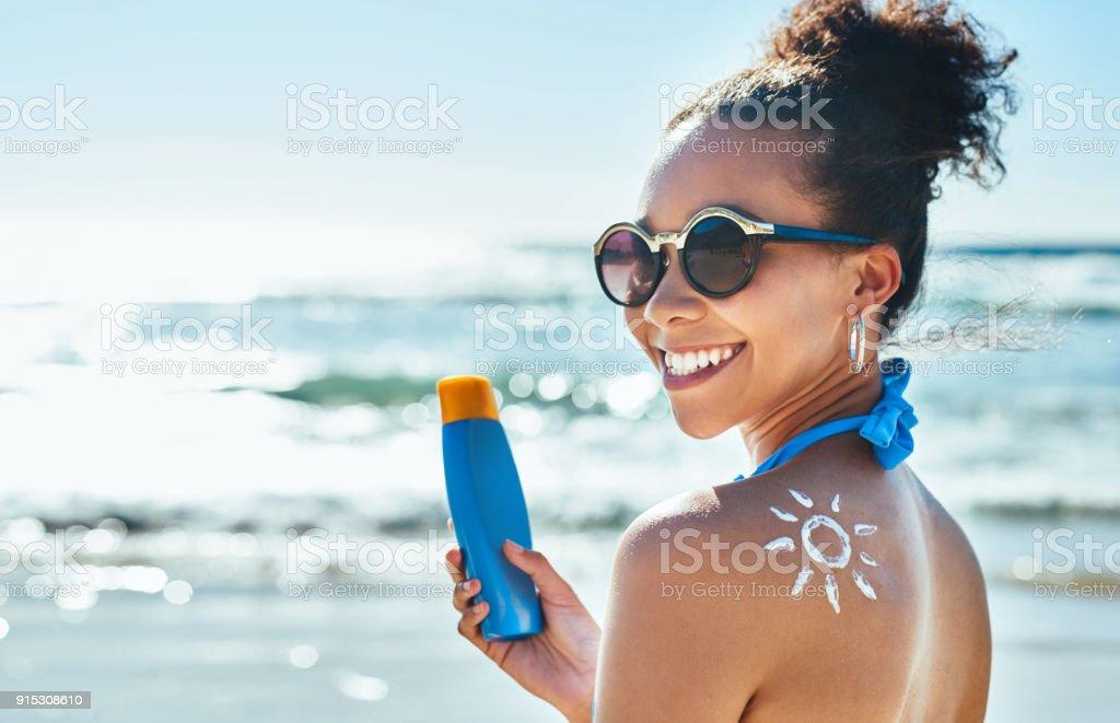 Me encanta el sol pero me encanta mi piel más - foto de stock