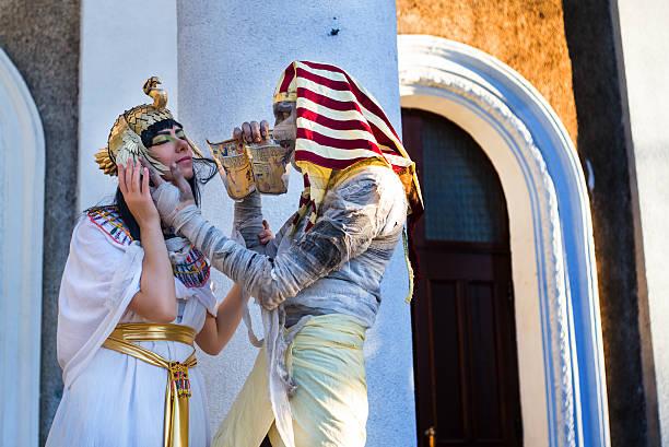 liebe über jahrhunderte - toga kostüm stock-fotos und bilder