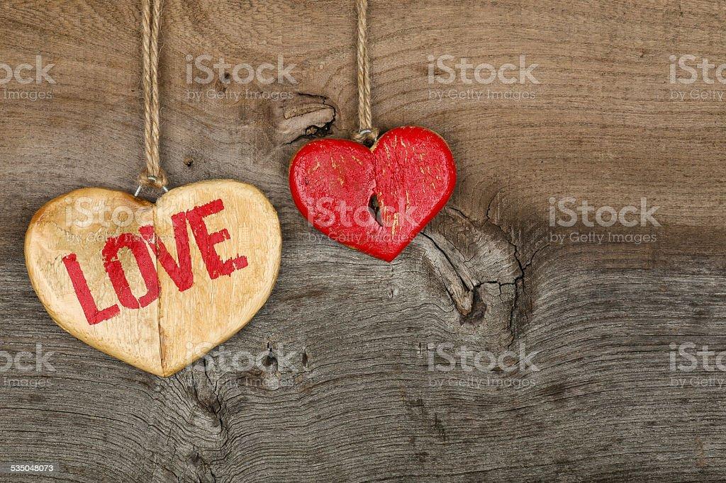 Love Valentinstag Nachricht Zwei Hölzernen Herz Symbol Auf Unebenem Grau  Lizenzfreies Stock Foto