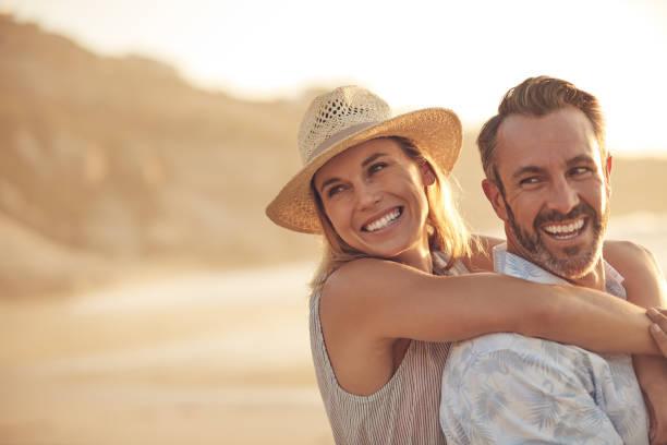 liefde zal je gelukkiger maken dan je ooit geweest bent - ouder volwassenen koppel stockfoto's en -beelden