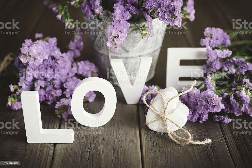Liebe Worte und Herz mit Blumen – Foto
