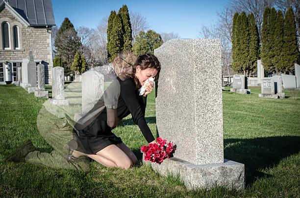 i love you - funeral crying stockfoto's en -beelden