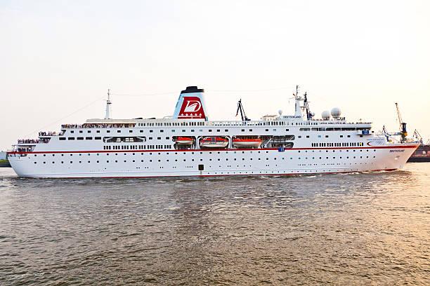 loveboat auf den fluss - das traumschiff stock-fotos und bilder