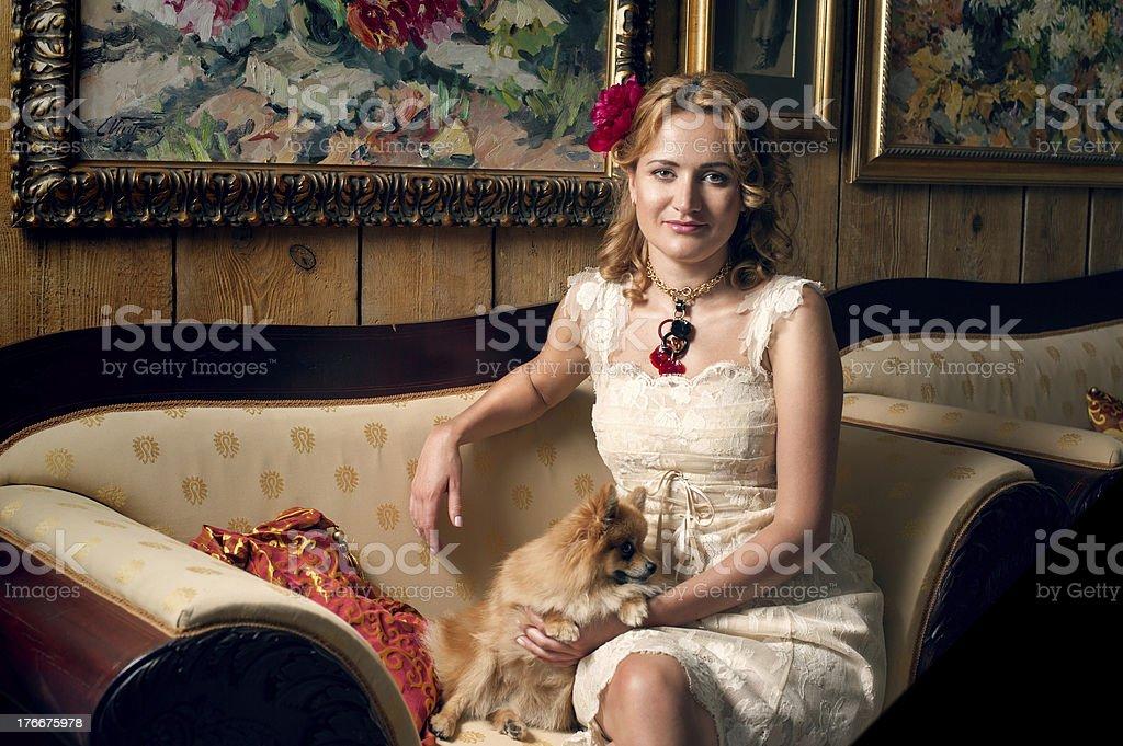 Encantadora y considerado mujer en el predio foto de stock libre de derechos