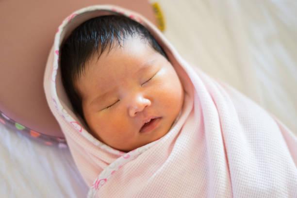 schöne asiatische Baby schlafen auf runden kleinen Bett, Draufsicht, selektiven Fokus – Foto