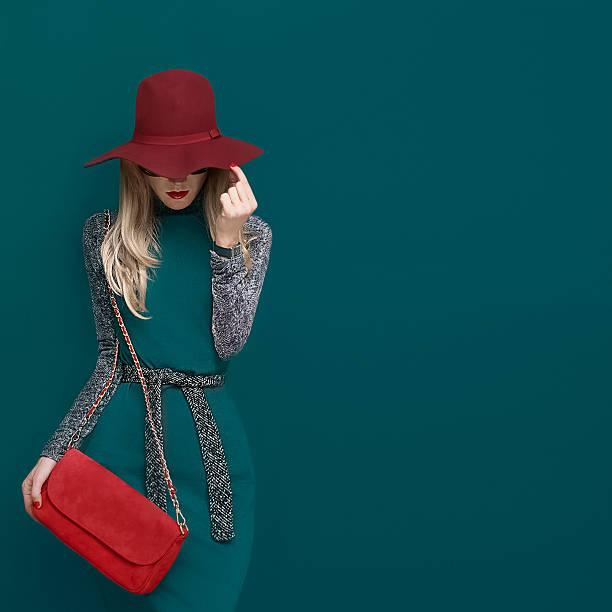 jolie modèle blonde dans un chapeau rouge à la mode - mode automne photos et images de collection