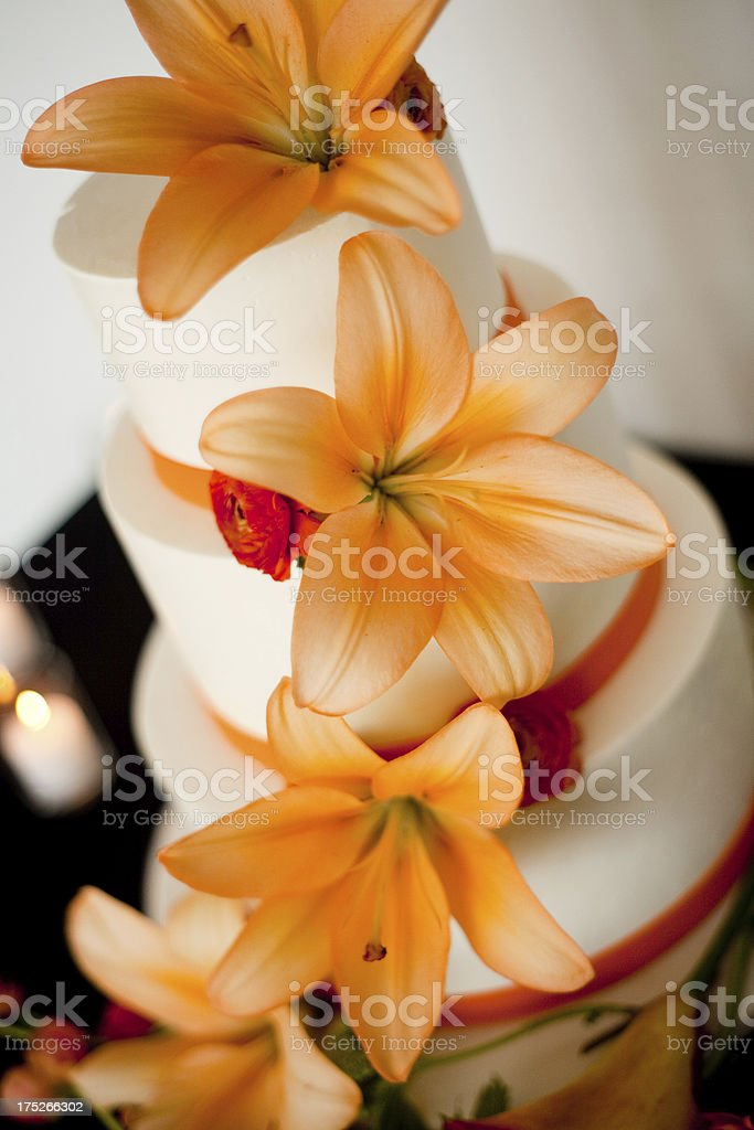 Herrlich Strahlend Orange Lilien Auf Einfachen Hochzeitstorte Stock