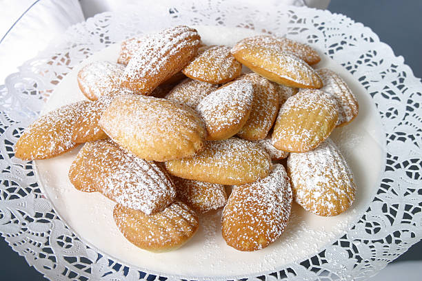 schöne cookies mit puderzucker - spitzenkekse stock-fotos und bilder