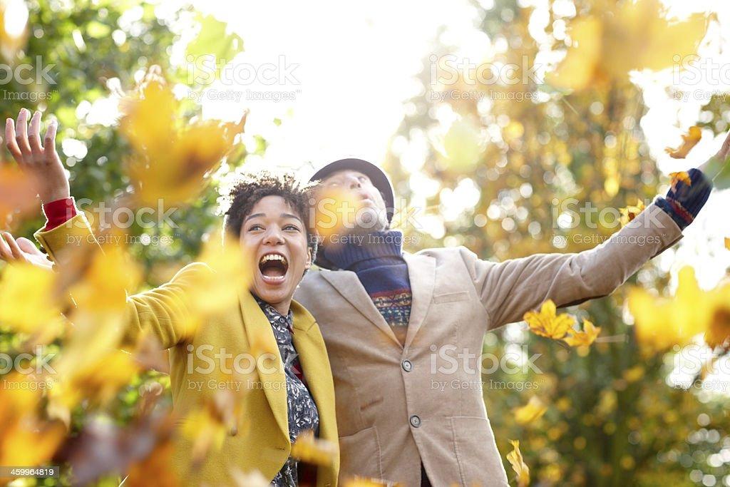 Adorável Casal desfrutando de outono - foto de acervo