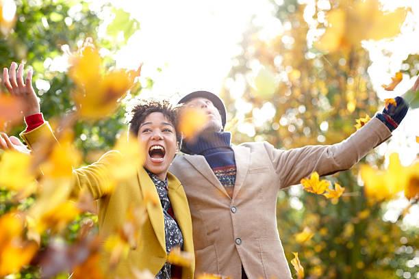 schönes paar genießen sie den herbst - laub winter stock-fotos und bilder