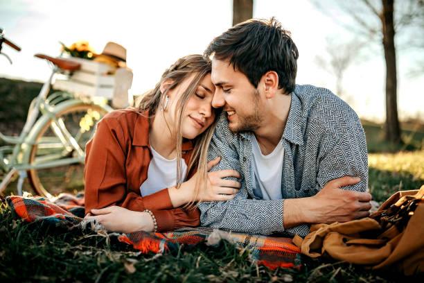 Schönes Paar auf der Wiese – Foto