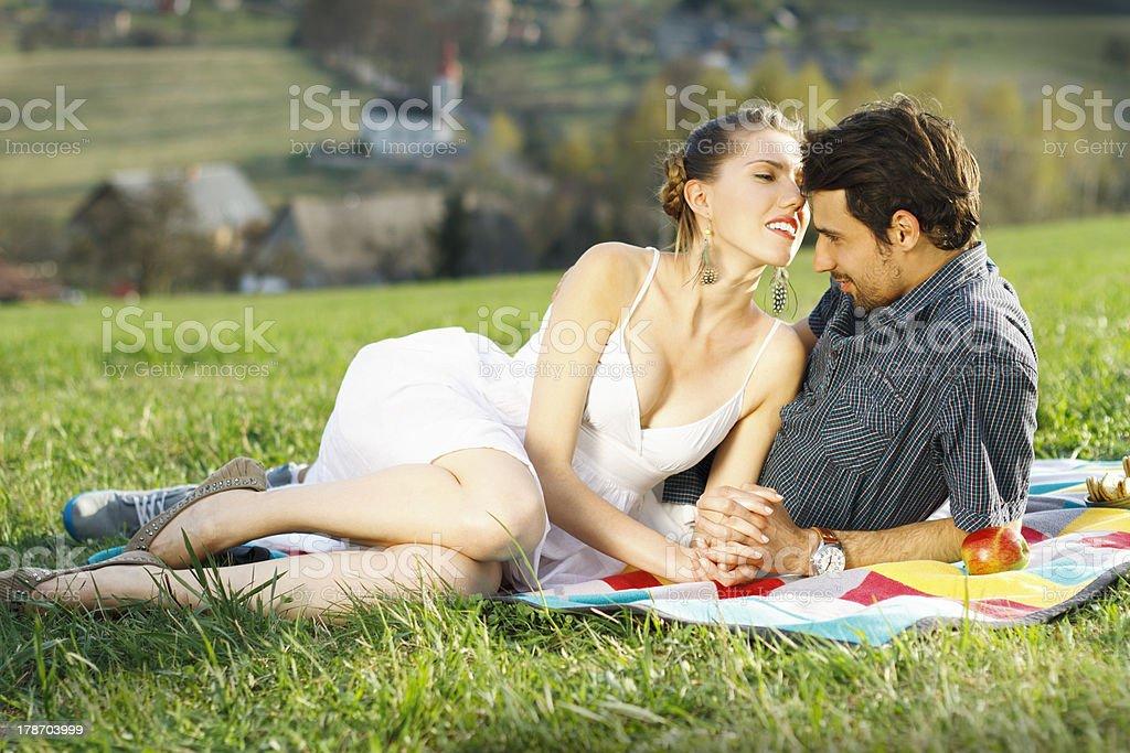 Piękny para na piknik w góry – zdjęcie