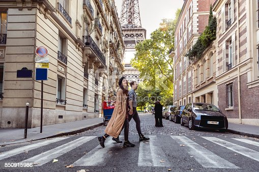 istock Lovely couple spending some days in vacation to Paris 850915986