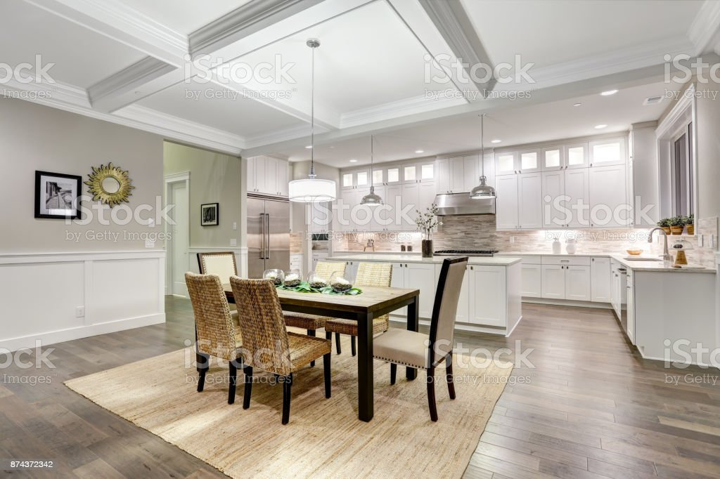 Essbereich mit kassettierten Decke schöne Craftsman-Stil – Foto