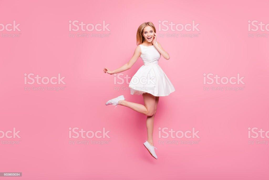 Vacances belle danseuse élégante printemps été célébrer reste relax concept de but réalisation coiffure tendance élégant gens surpris. Portrait de doux mignon fille sautant isolé sur fond de nuire - Photo