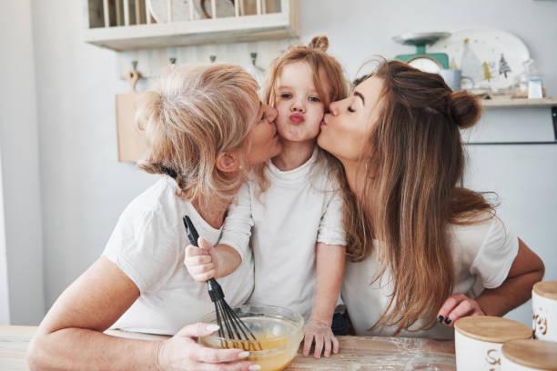 Schöne Familie. Mutter, Großmutter und Tochter, die gute Zeit in der Küche haben – Foto
