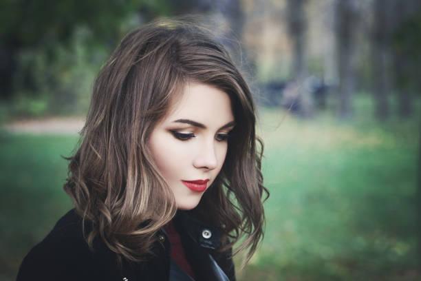 Schöne Mädchen in den Park. Hübsche Frau mit langen Haaren Bob – Foto