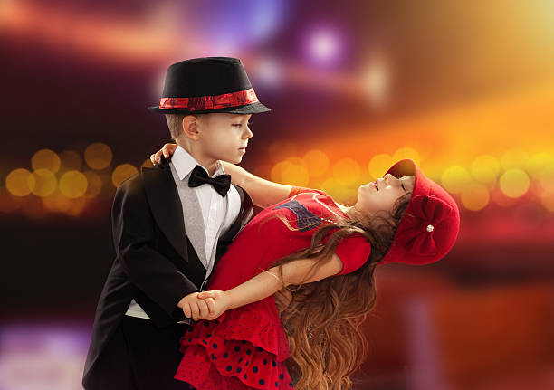 schöne kleine jungen und mädchen tanzen - festliche babymode junge stock-fotos und bilder
