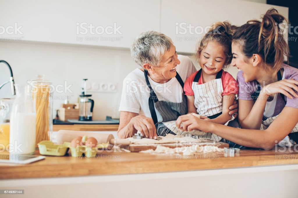 Jolie petite fille cuisiner avec maman et Mamie - Photo