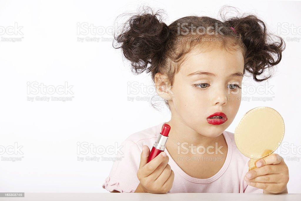 Hübsches kleines Mädchen macht Make-up – Foto