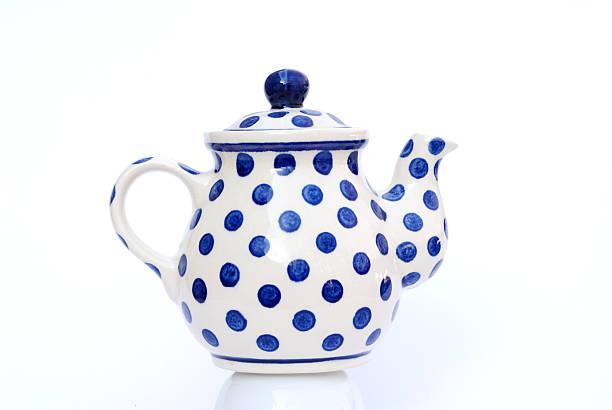 kleine teekanne, weiß und blau polka dots - keramikteekannen stock-fotos und bilder