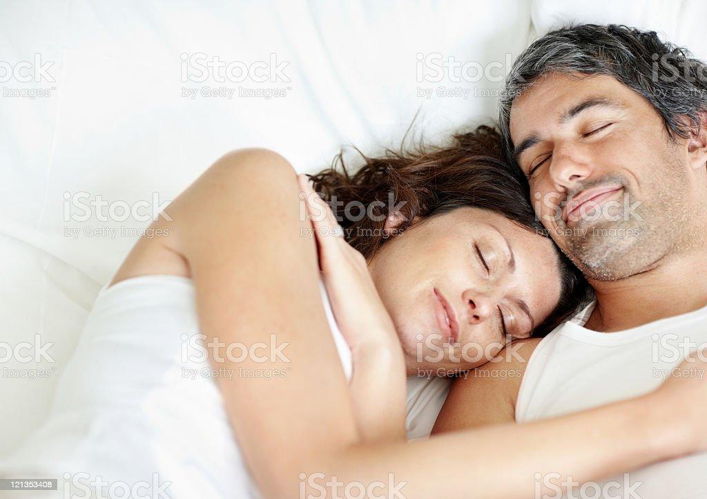 Schöne Mitte Alter paar Schlafen – Foto