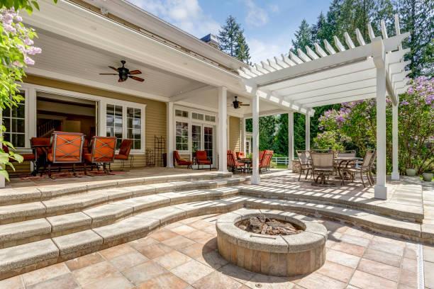 schöne terrasse terrasse raum mit weißen restaurants pergola. - terrasse grundstück stock-fotos und bilder